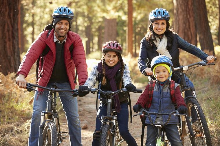 Familia montando en bicicleta