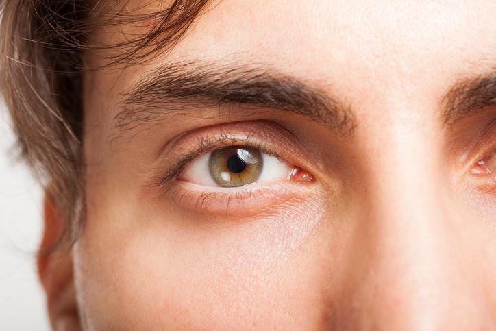 Primer plano de hombre de ojos verdes