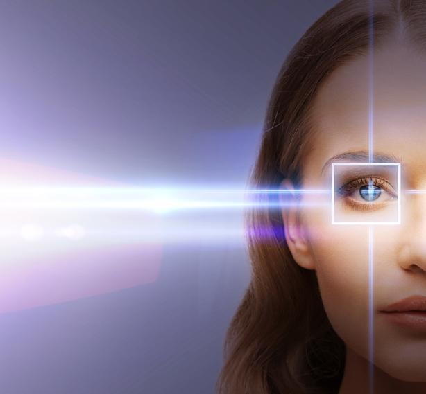 Mujer de ojos azules con diagrama blanco
