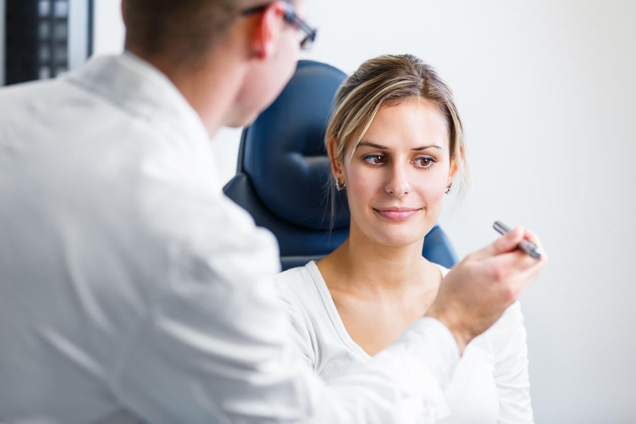 Mujer rubia con camiseta blanca durante revisión médica
