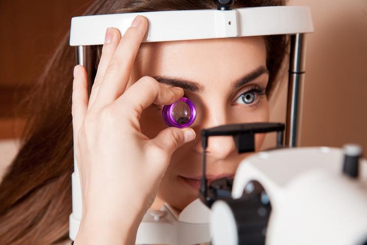 Mujer de ojos azules durante una consulta de oftalmología
