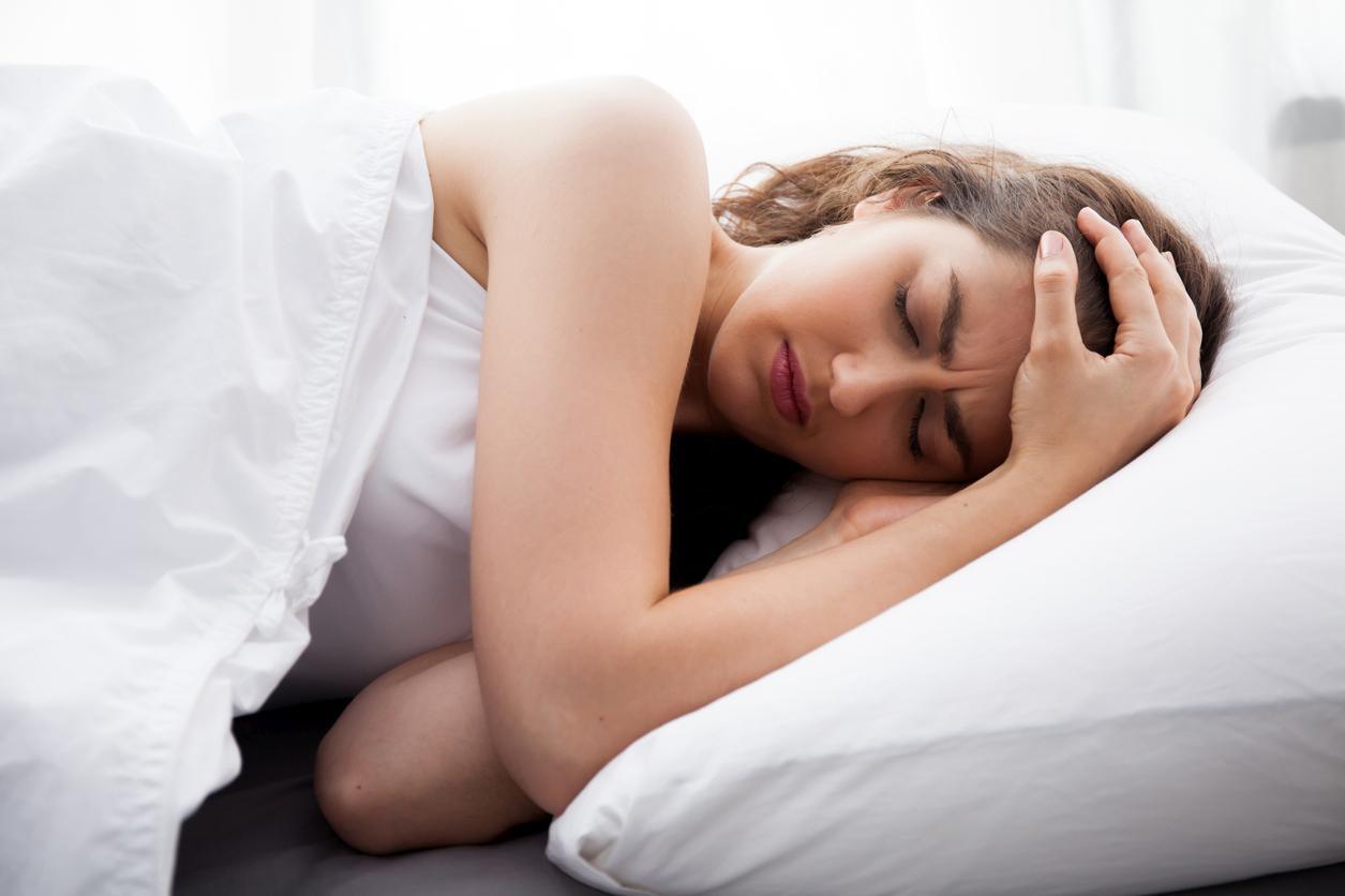 Mujer despertándose en la cama