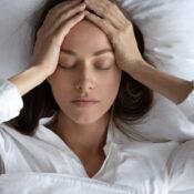 ¿A qué es debido el dolor de cabeza al despertar?