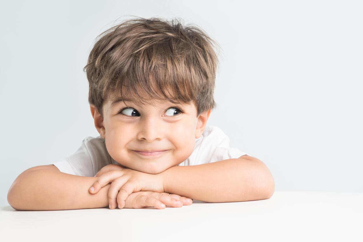 Niño mira hacia un lado