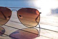 Gafas de sol sobre suelo de madera