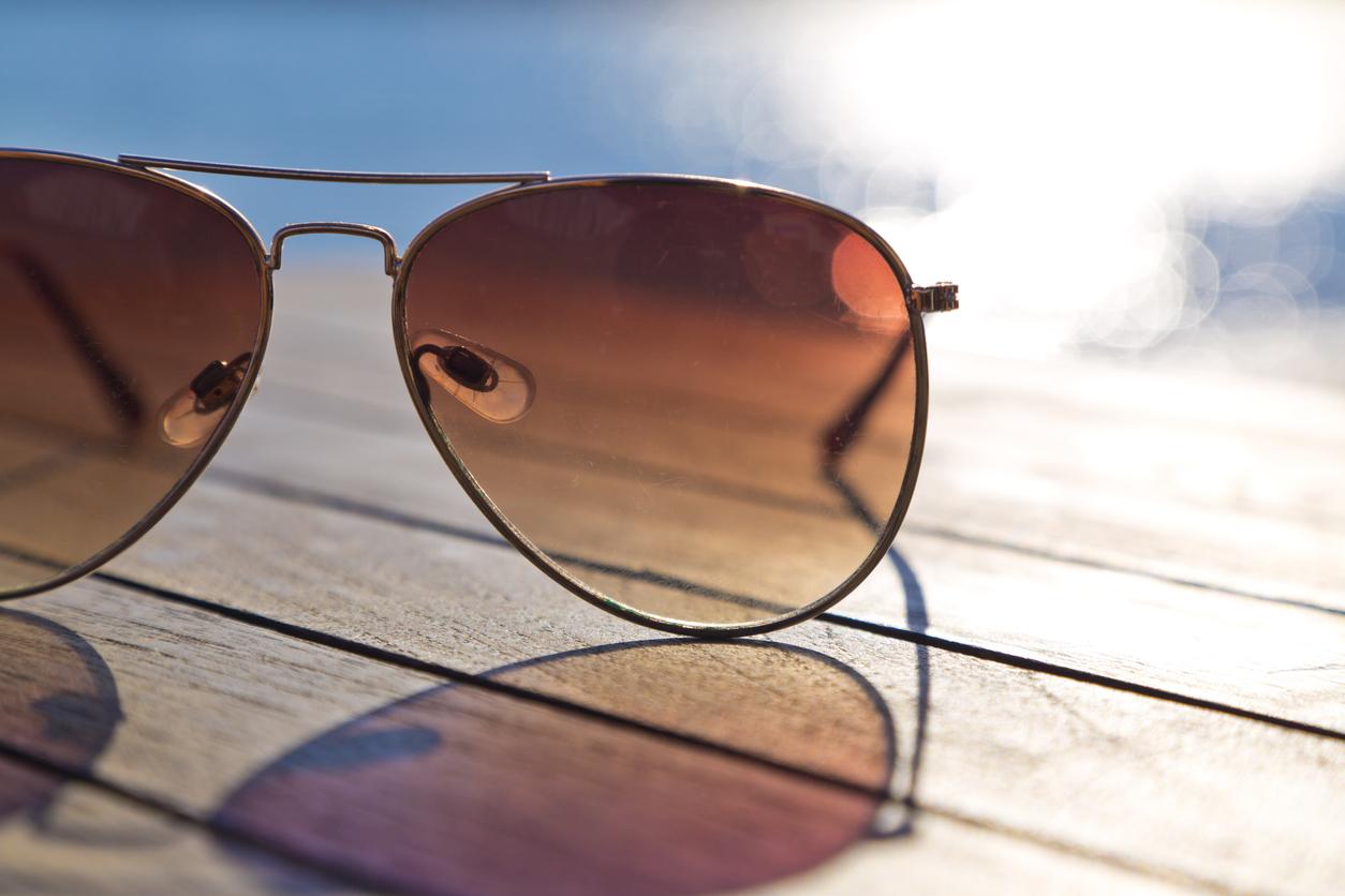 Gafas de sol sobre una superficie de madera