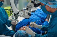 Imagen de paciente y médicos durante una cirugía