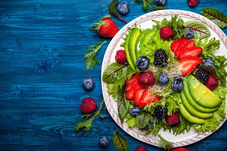 Ensalada de aguacate y frutos rojos
