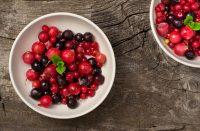 Platos con frutos rojos