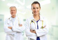 Doctora en primer plano y doctor en segundo plano