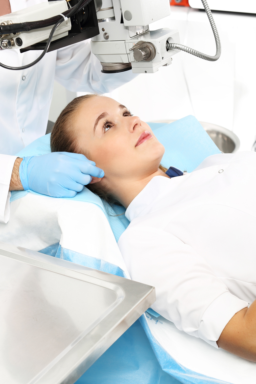 Mujer vestida de blanco durante operación cirugía refractiva