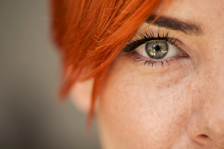 Primer plano mujer pelirroja con ojos verdes