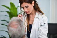 Médico revisa vista de hombre con canas