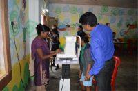 Revisión oftalmológica a niño en hospital de India