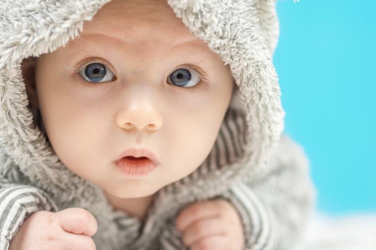 Bebé con abrigo y ojos azules