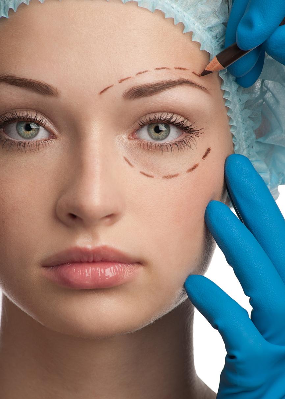 Mujer con gorro de quirófano y marcas para la cirugía