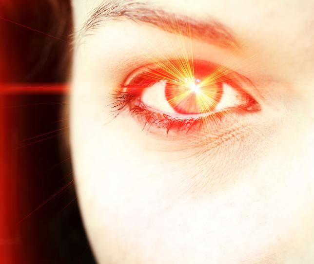 Reflejo naranja sobre ojo
