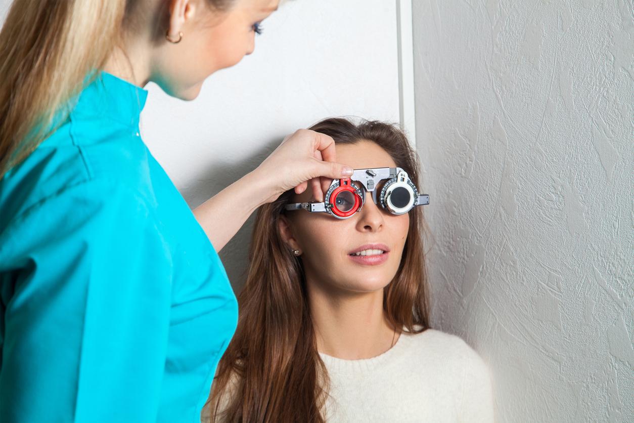 Óptico graduando a una paciente