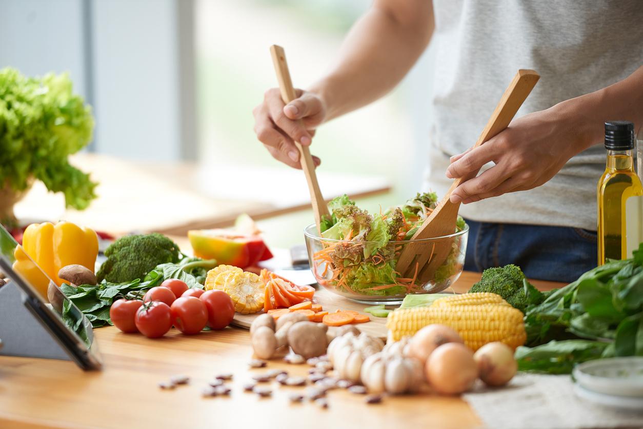 Ingredientes para una ensalada en la cocina