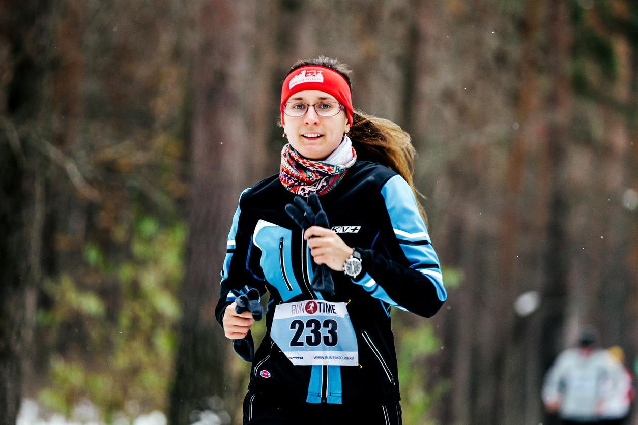 Mujer con gafas corriendo