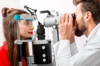 Mujer de rojo durante una consulta de oftalmología