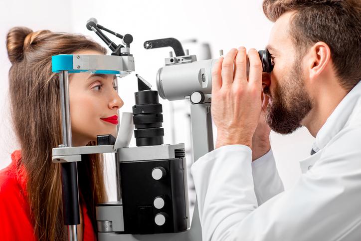 Chica con jersey rojo durante una prueba oftalmológica