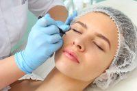 Mujer en camilla con gorro. Preparación cirugía