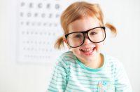 Niña con coletas y gafas