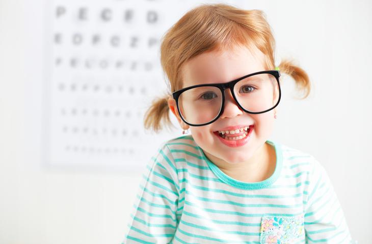 Niña con dos coletas y gafas