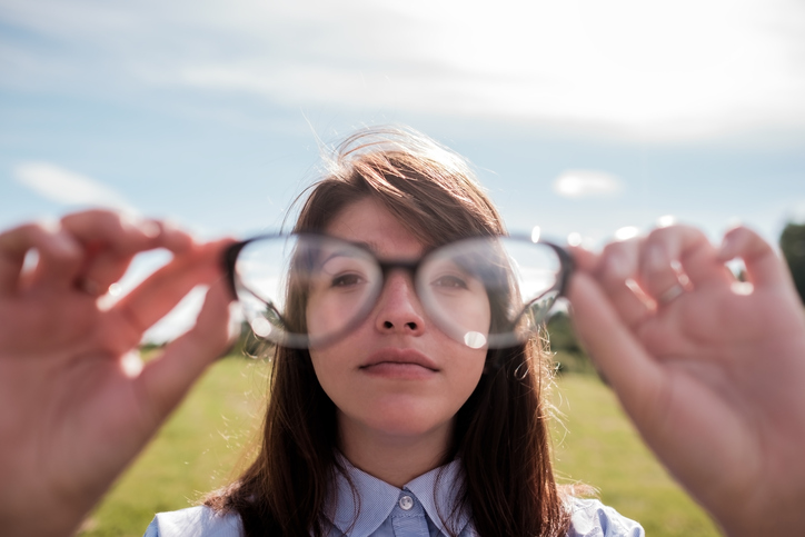 Mujer enseña gafas