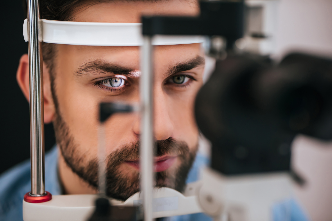 Hombre con ojos azules durante exploración oftalmológica