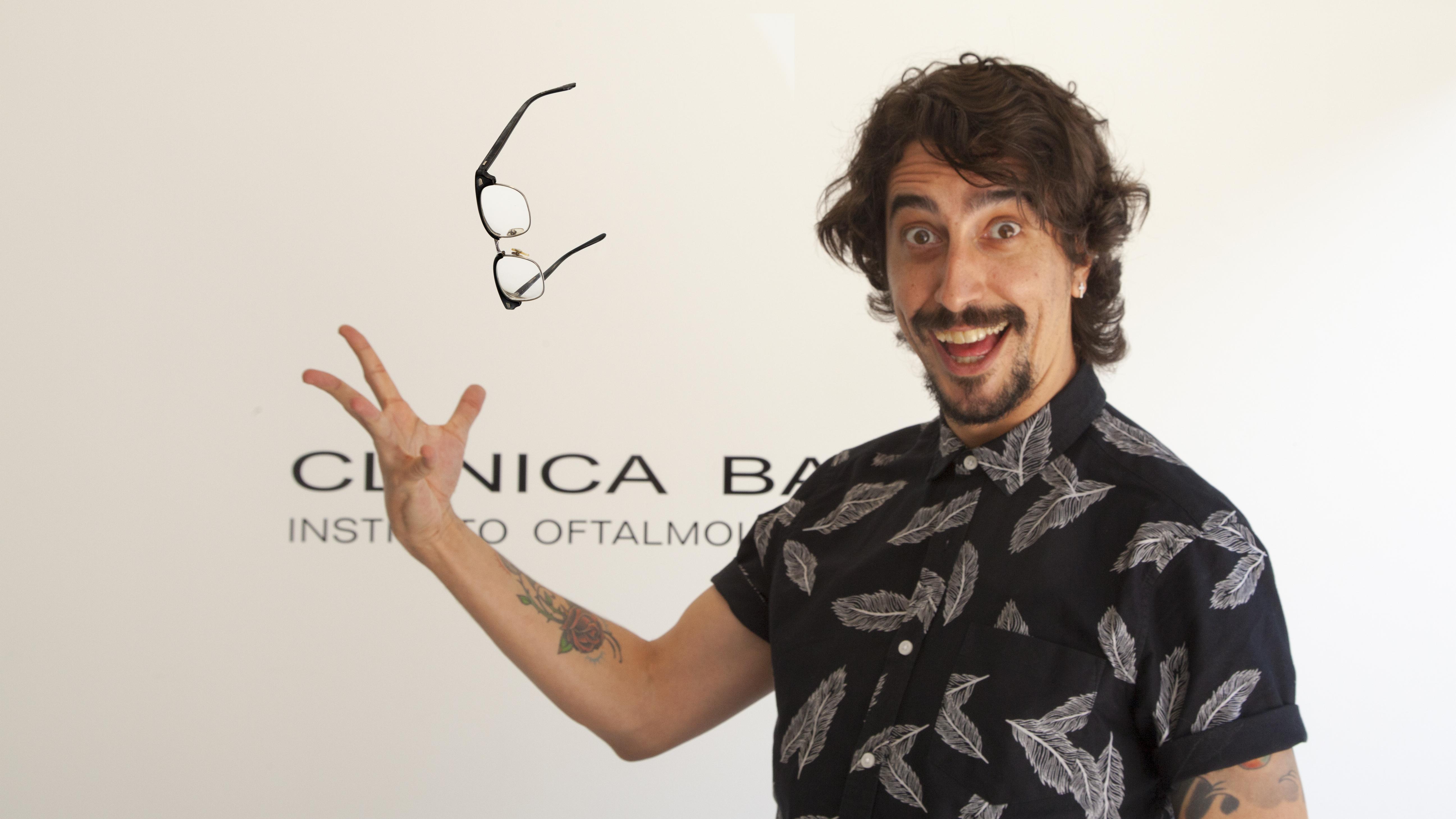 Jorge Marron tira las gafas en la recepción de Clínica Baviera