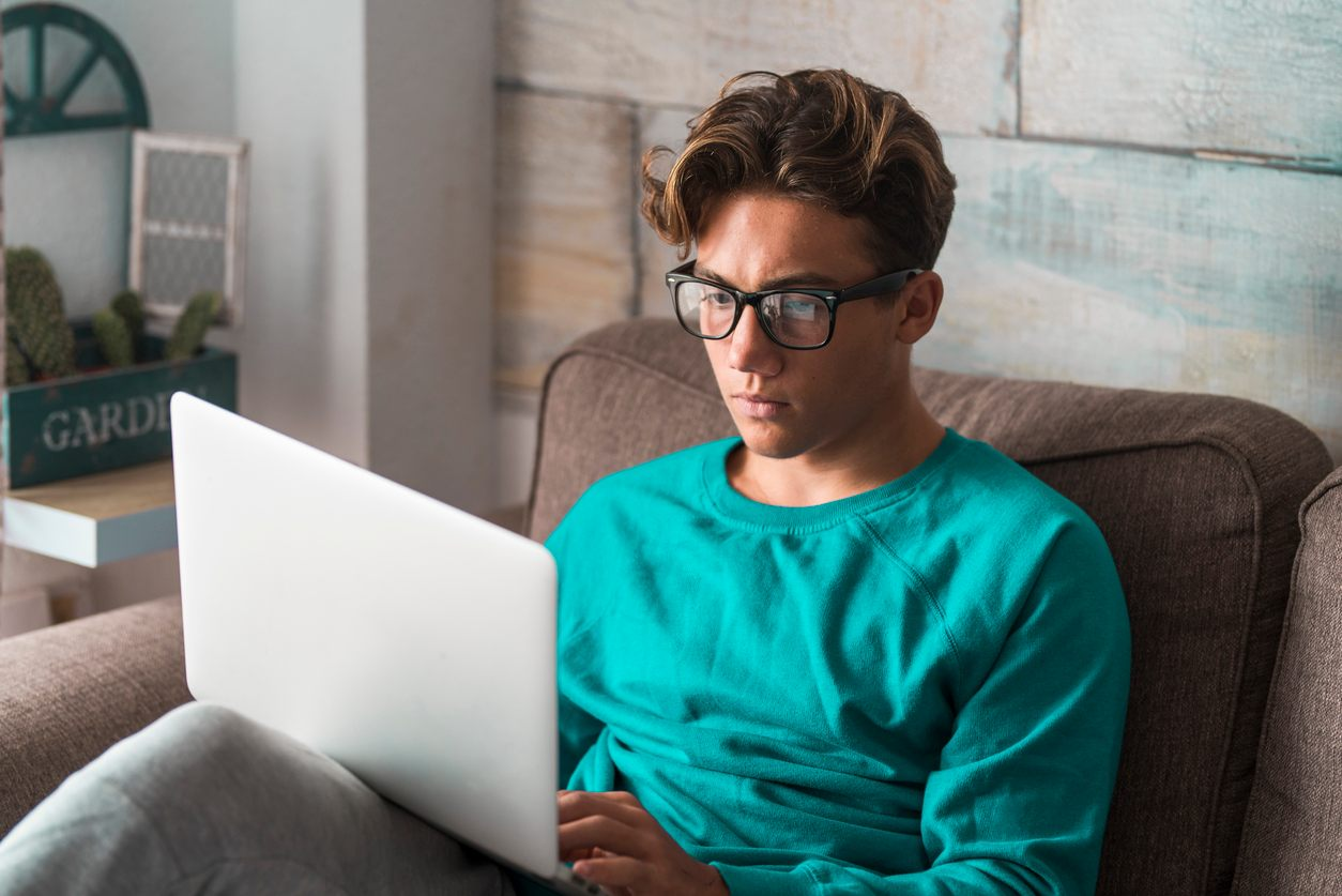 Hombre joven trabajando frente a un ordenador