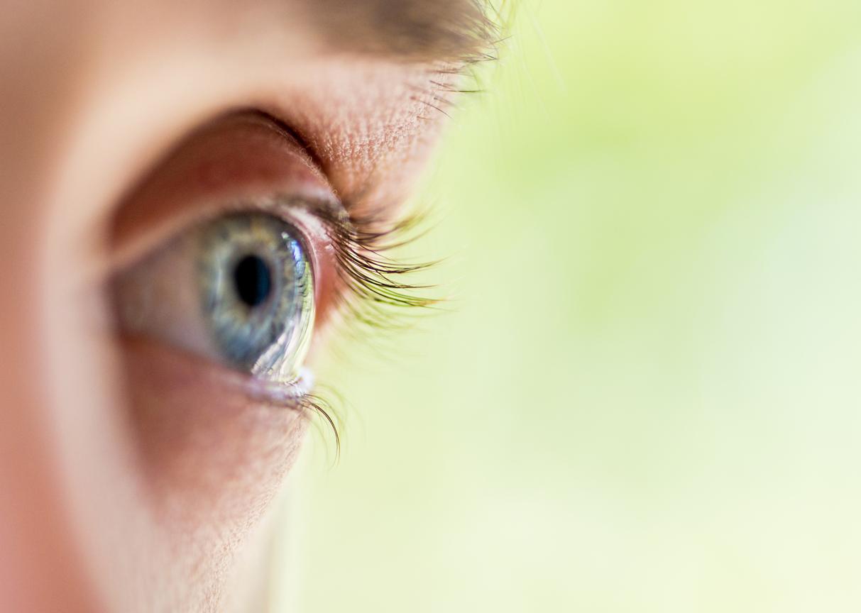 Perfil de ojo azul y pestañas
