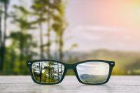 Gafas negras y paisaje de fondo