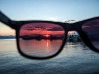 Gafas de sol con filtro rosa y paisaje