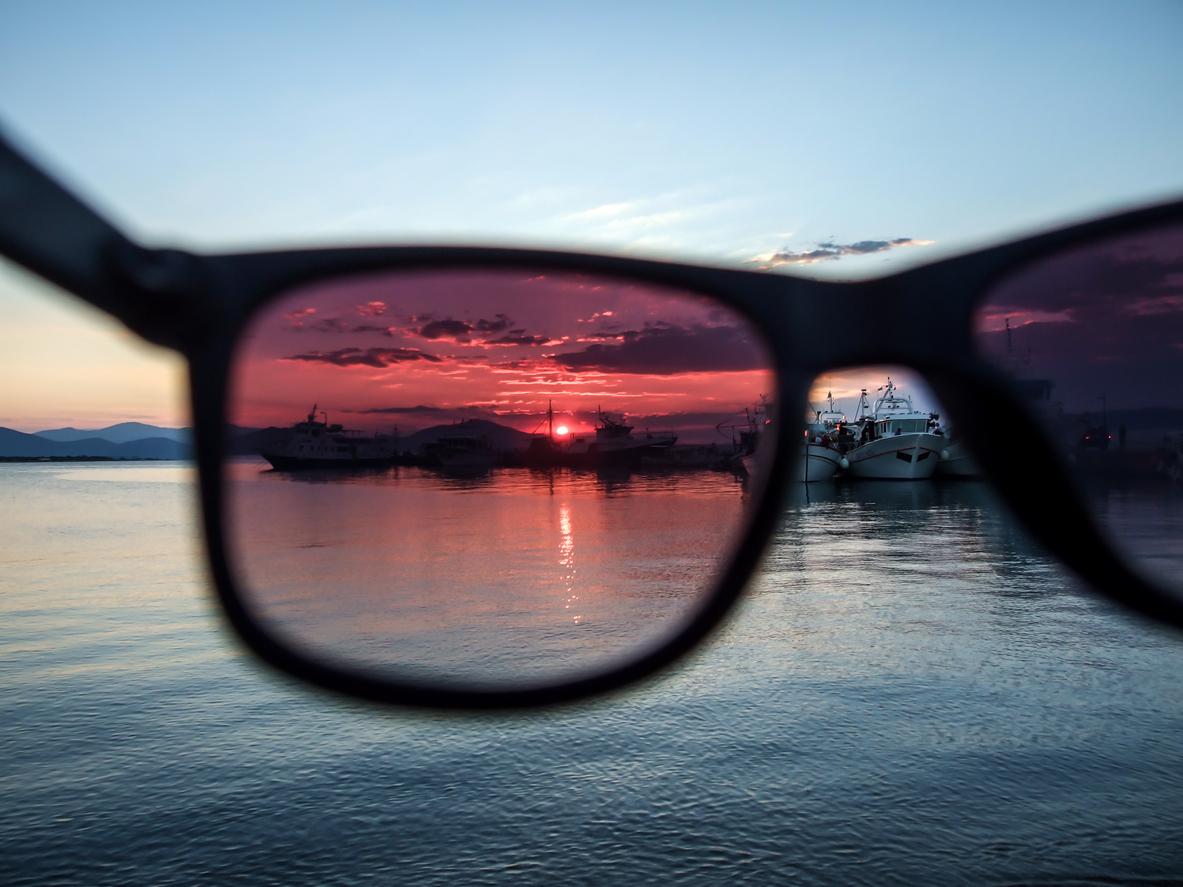 Gafas con cristales polarizados y paisaje marítimo