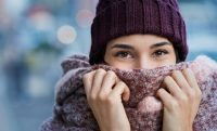 Mujer en invierno con gorro y bufanda burdeos