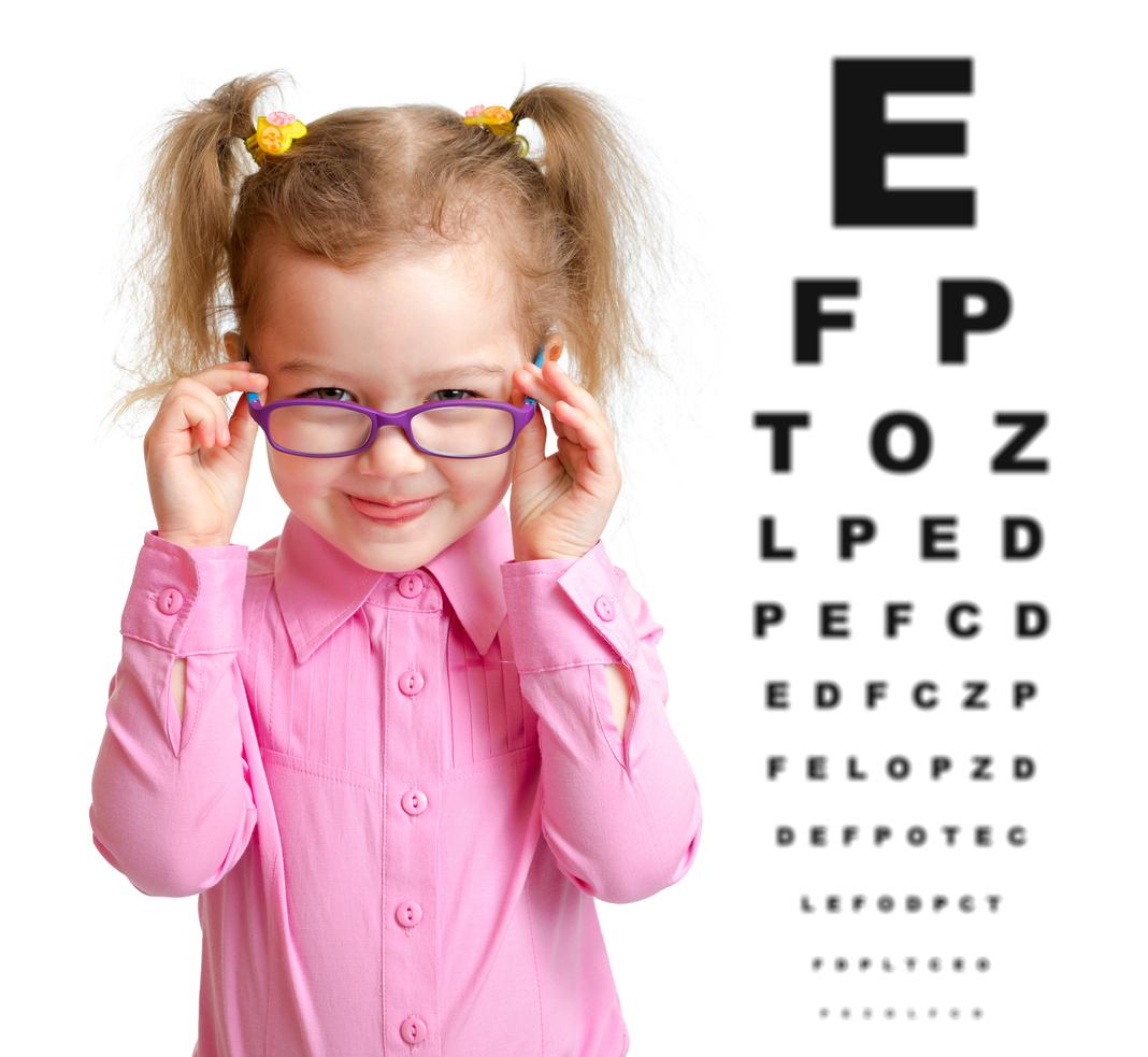Niña con camisa rosa y gafas violetas frente a optotipo