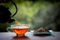 Taza de té, tetera y hojas de té