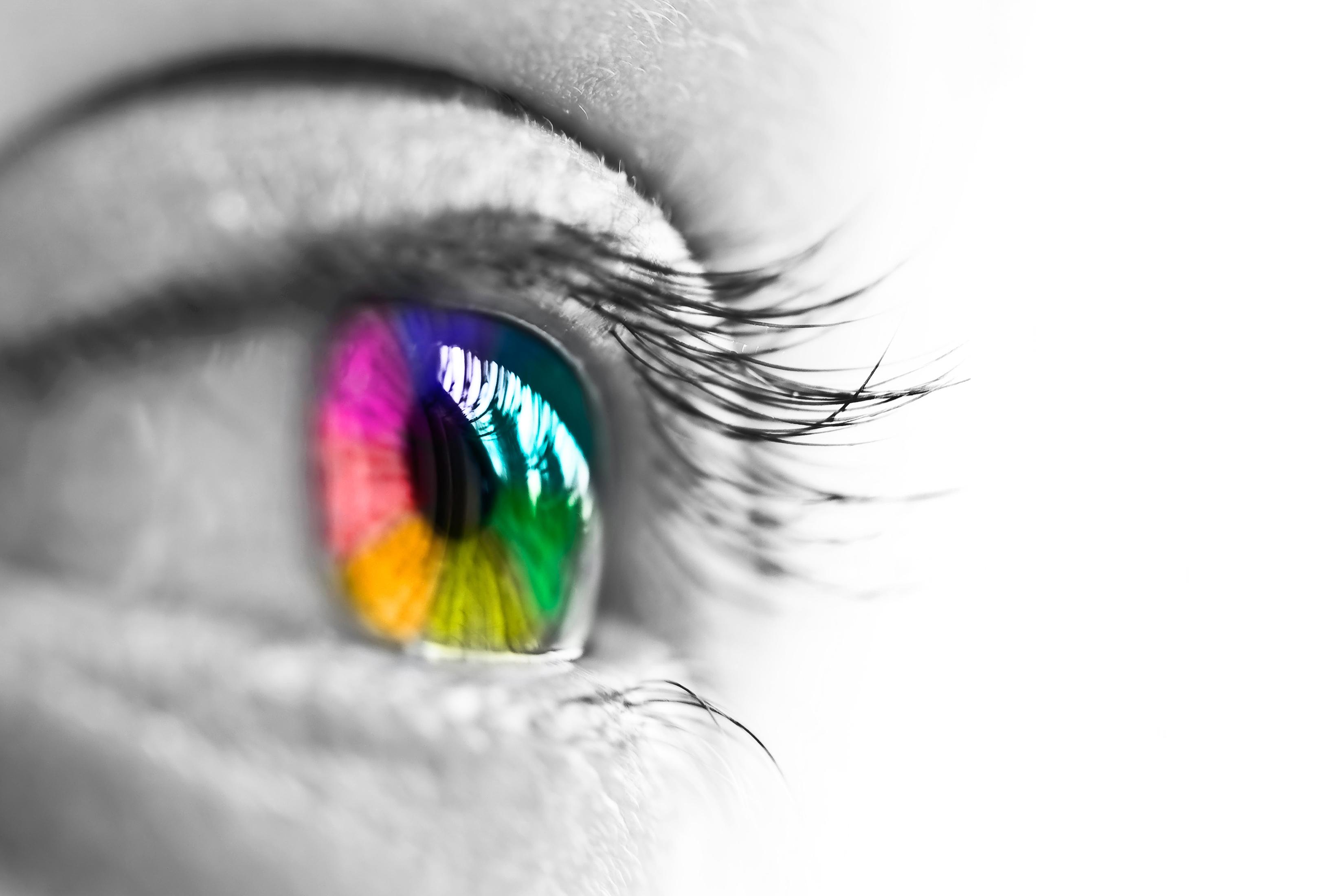 Ojo con iris arcoiris