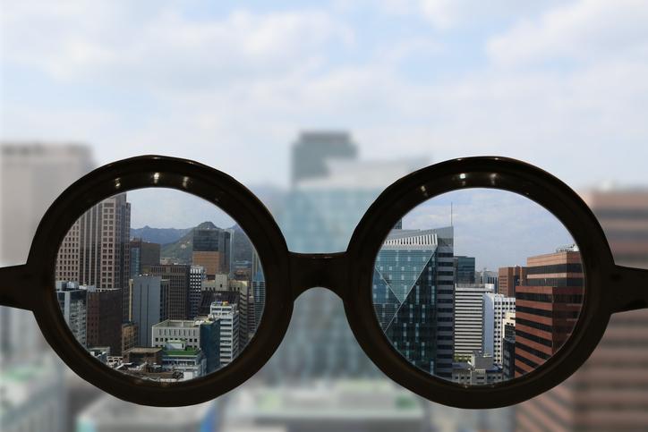 Gafas enfocando la vista de una ciudad