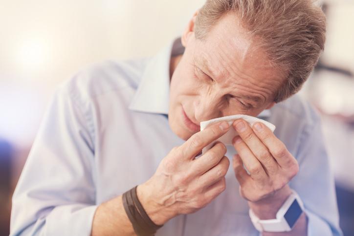 Hombre secándose las lágrimas
