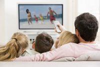 Familia con dos hijos viendo la televisión
