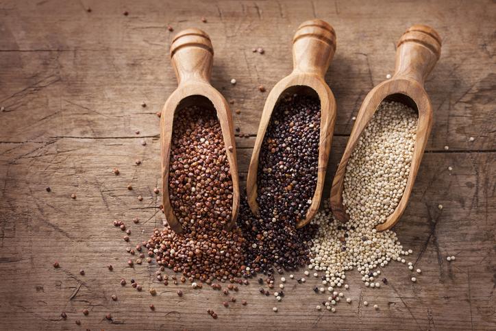 Botes de madera con cereales