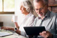 Hombre y mujer usando dispositivos electrónicos