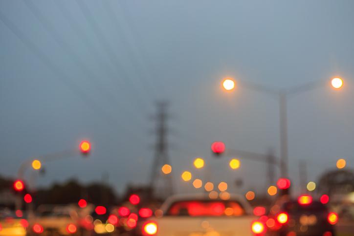 Visión borrosa de un coche y de luces