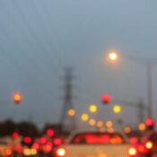 ¿A qué puede deberse la visión borrosa después de una operación de cataratas?