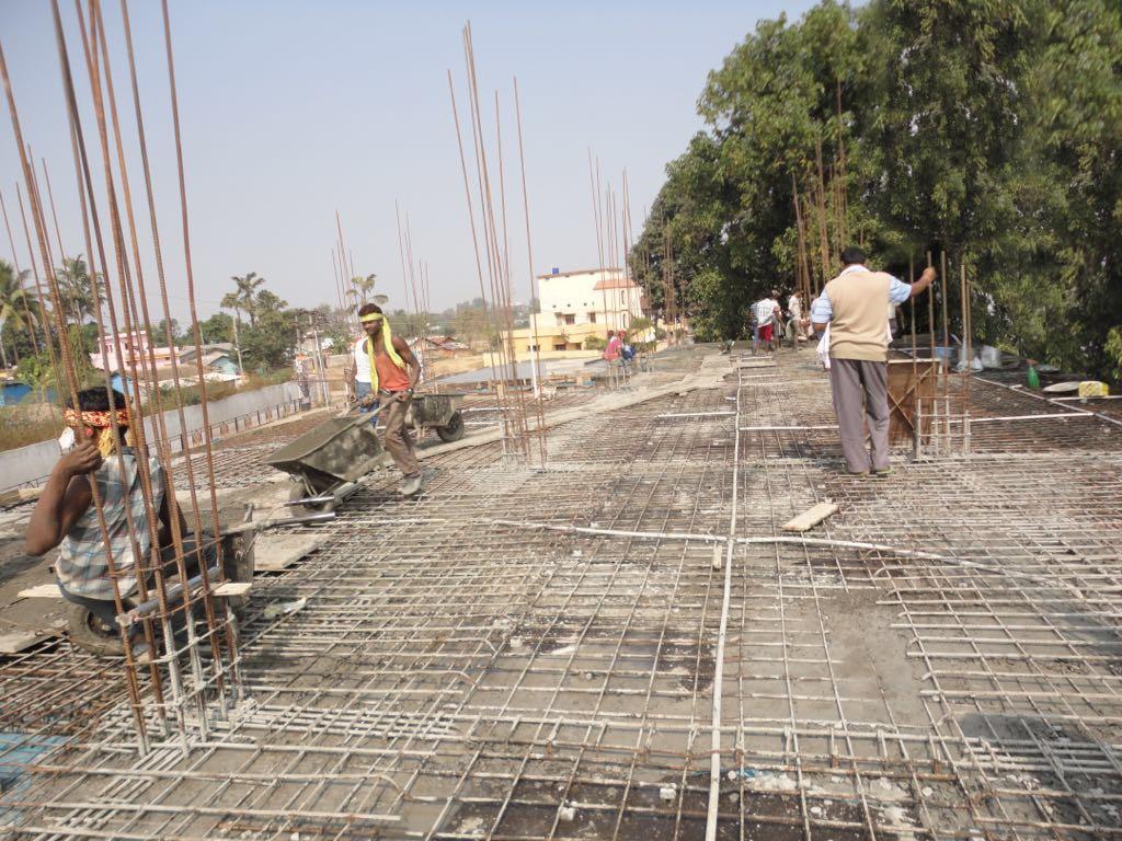 Obreros durante la construcción de un hospital oftalmológico