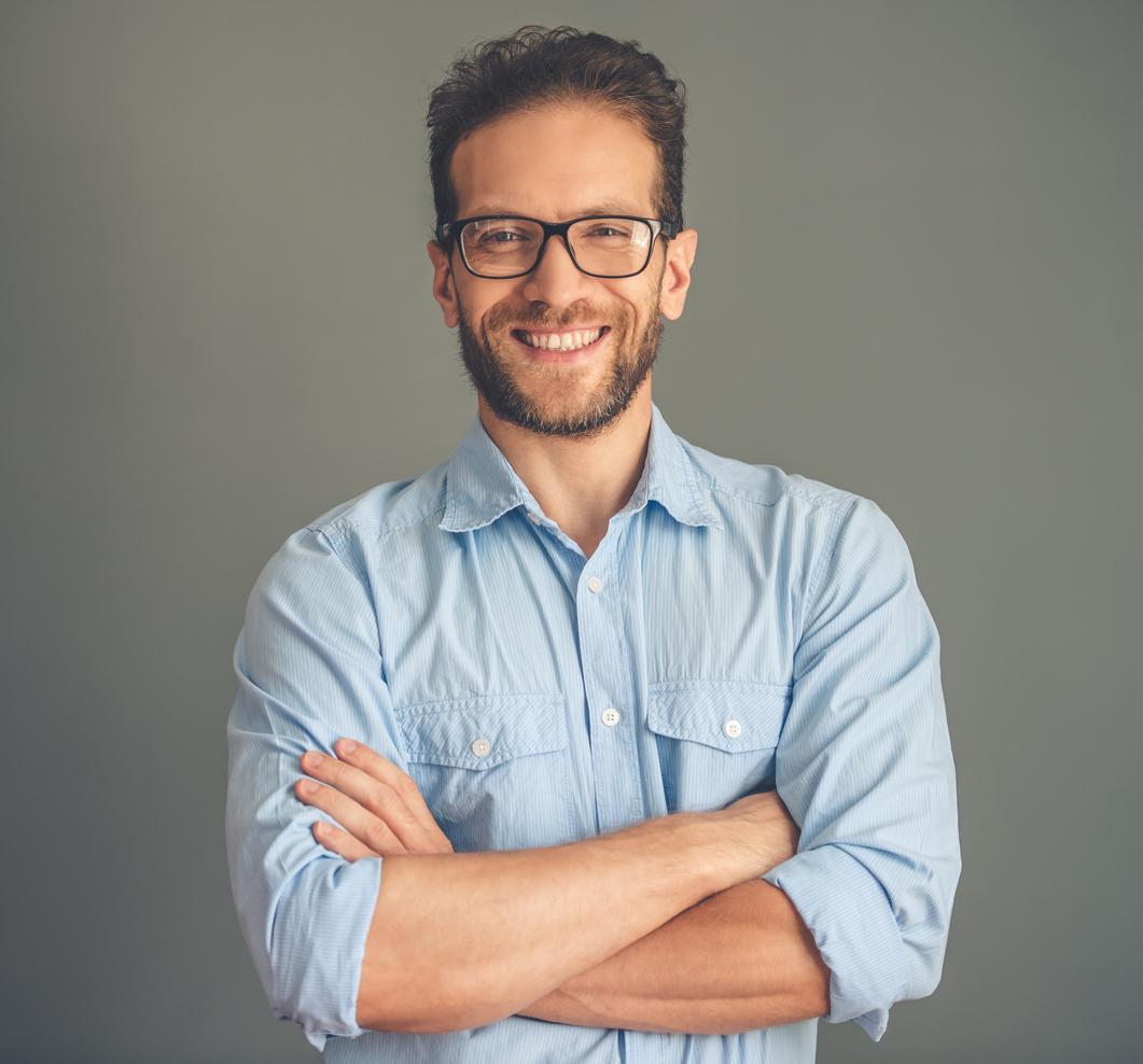Hombre con gafas y camisa azul